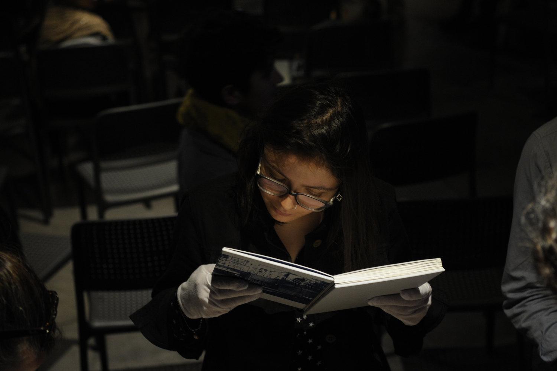 """Asistentes observan los """"Libros FotoQuímico"""" de Isabel Fernández y Catalina de la Cruz (Chile) en DJ Book, FIFV 2016. ©Victor Ruiz Caballero"""