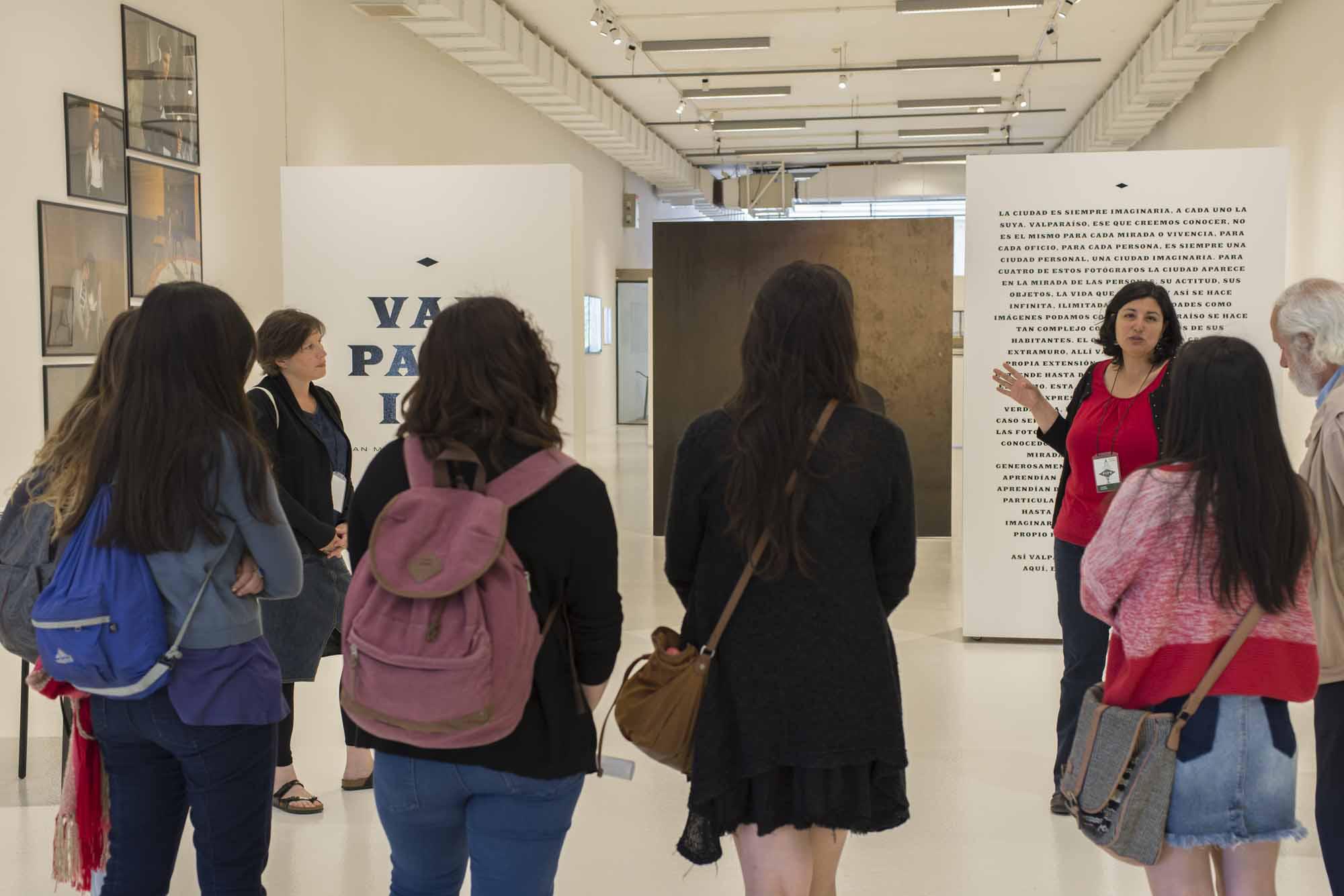 Visitas guiadas en la exposición, Valparaíso FIFV 2016. ©Ignacio Lamas