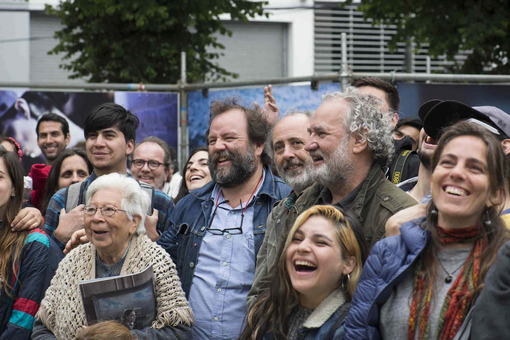 (centro de izq. a der.) Rodrigo Gomez Rovira, Dario Coletti y Miguel A. Larrea participan de la inauguación de la exposición de los workshops y Brigadistas en la 7ª edición del Festival Internacional de Fotografía en Valparaíso, FIFV 2016. ©Ignacio Lamas