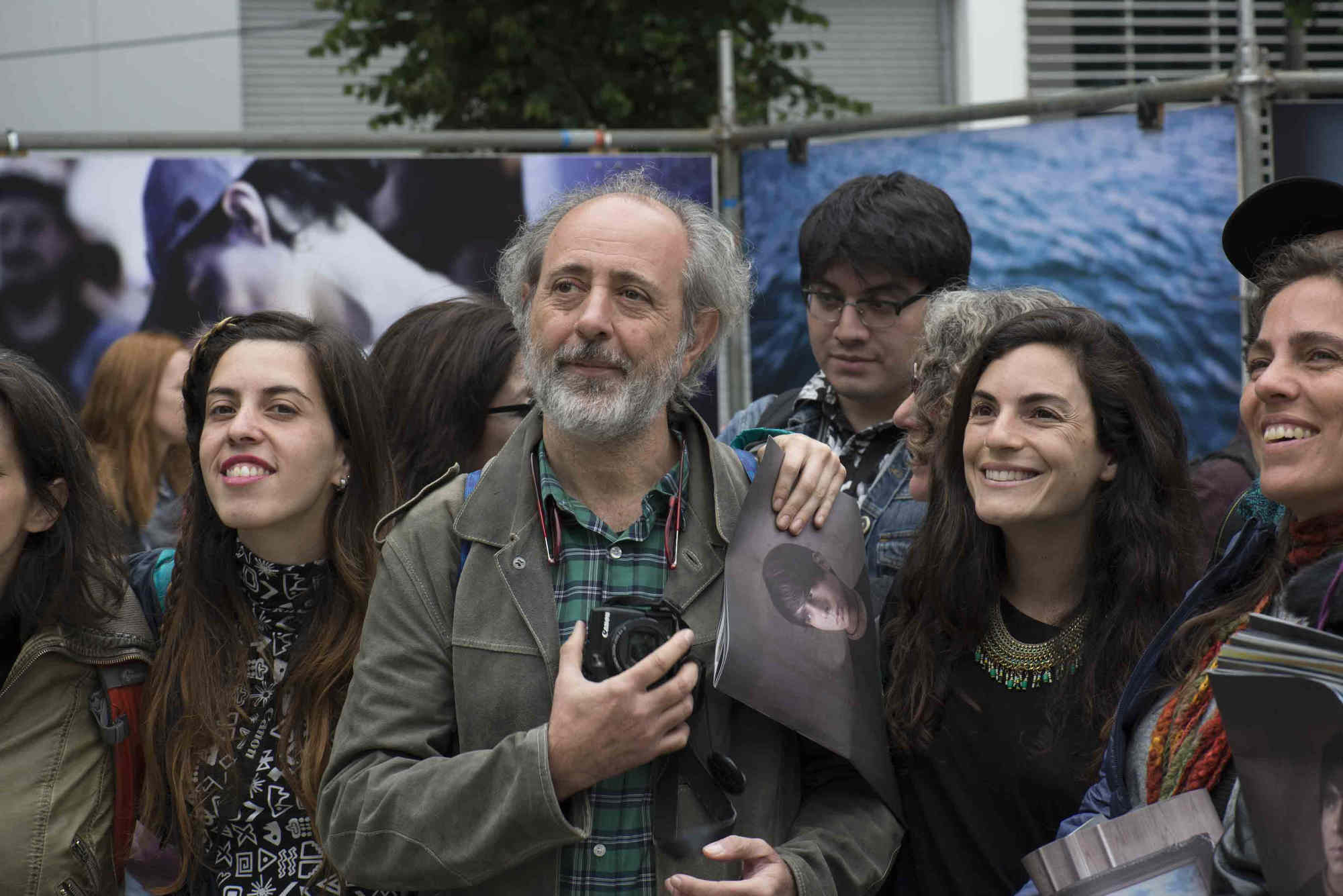 Dario Coletti (C) participa de la inaugura la exposición de workshops y Brigadistas de la 7ª edición del Festival Internacional de Fotografía en Valparaíso, FIFV 2016. ©Ignacio Lamas