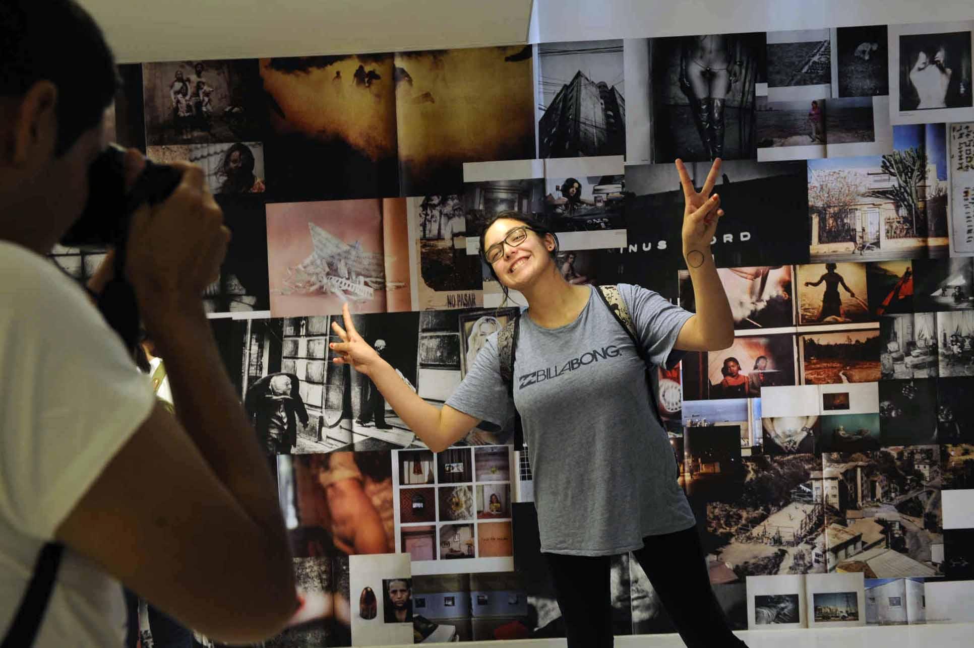 Estudiantes visitan exposición de Ediciones FIFV 2016. ©Victor Ruiz Caballero