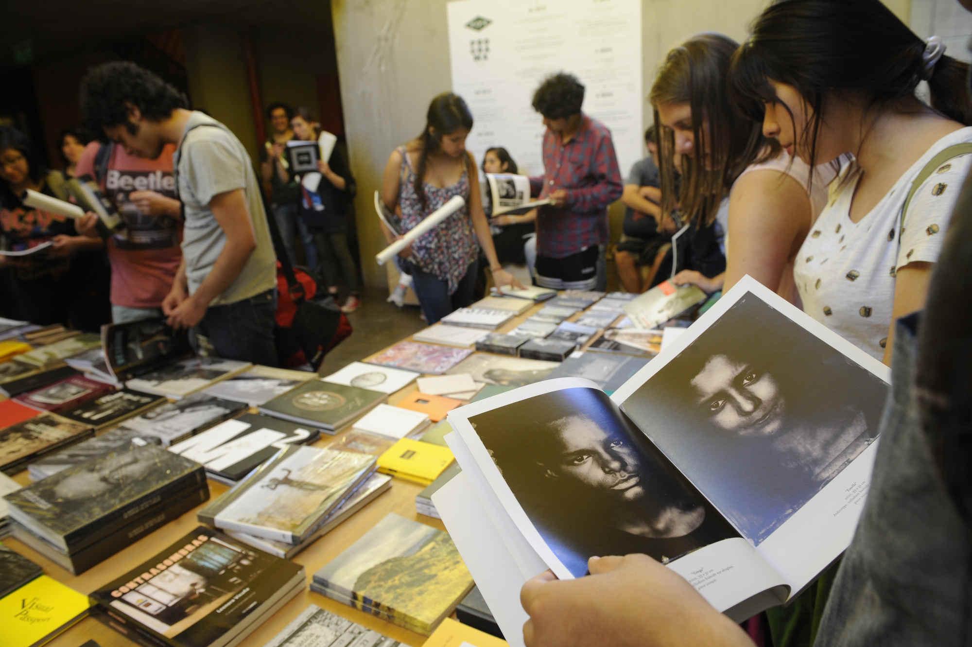 Estudiantes visitan la librería del FIFV 2016. ©Victor Ruiz Caballero
