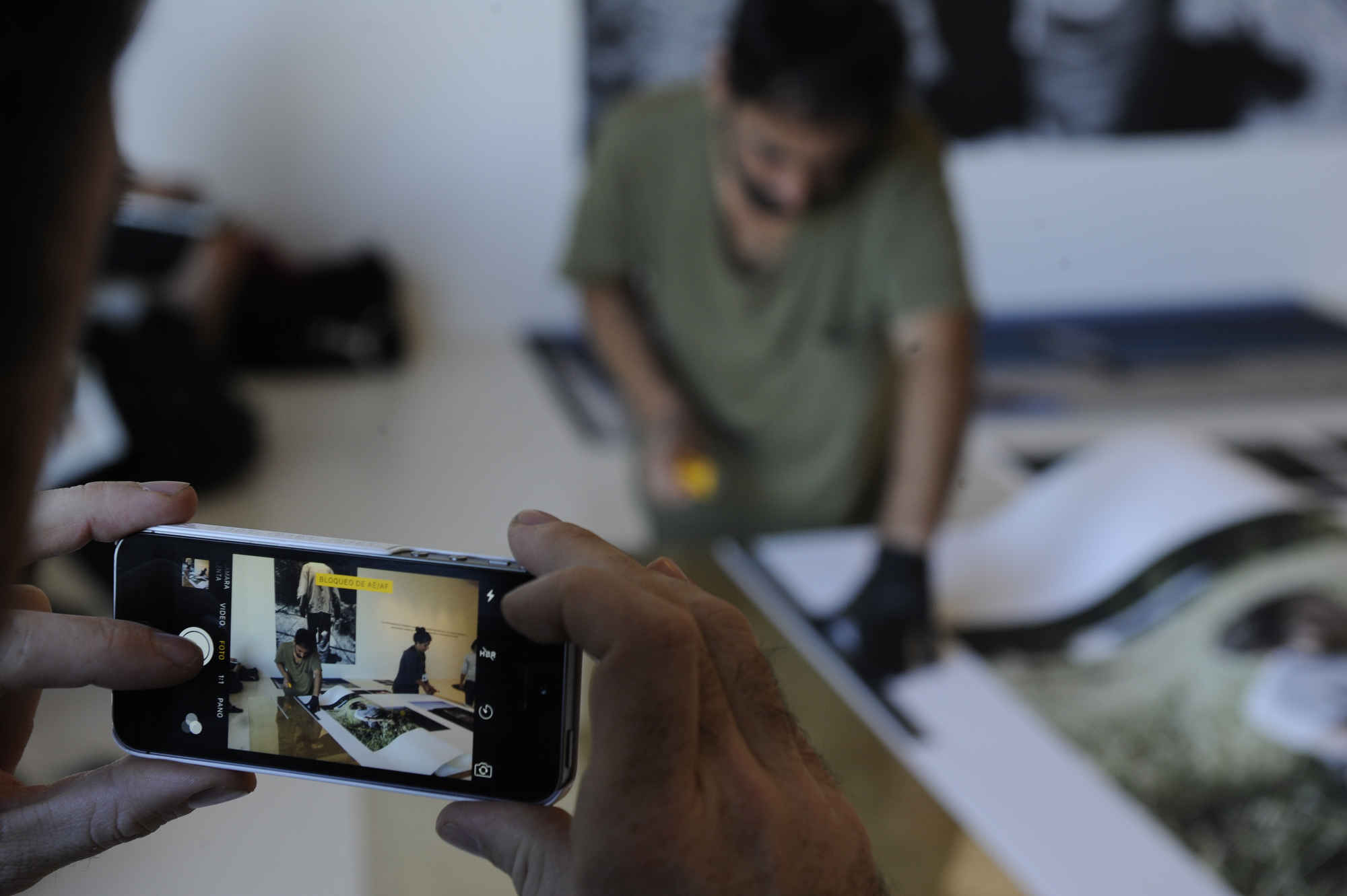 Fotógrafos Trabajan en la impresión de sus imágenes, FIFV 2016. ©Victor Ruiz Caballero