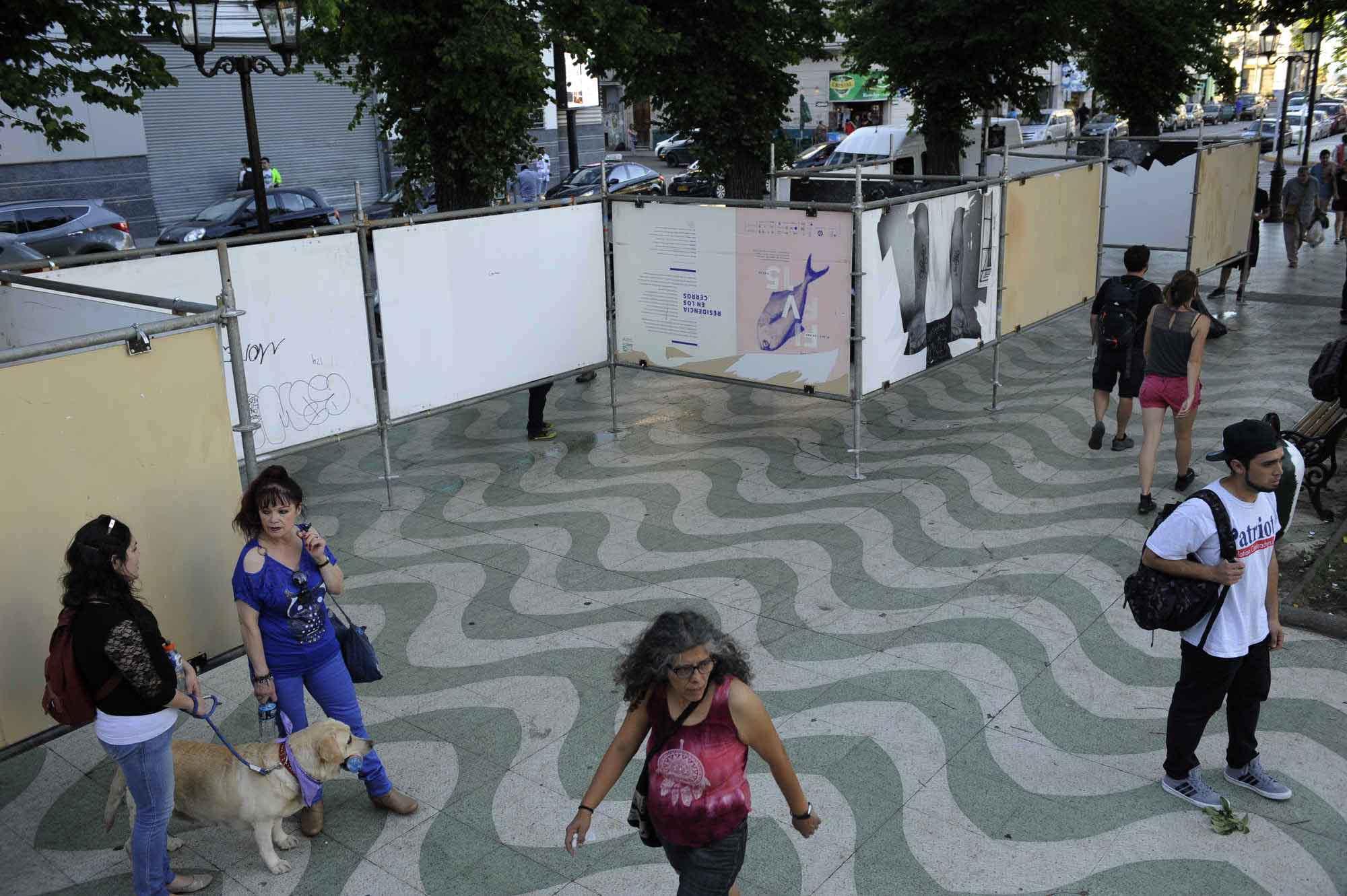 Paneles de madera son limpiados para la próxima exposición en Plaza Víctoria, FIFV 2016. ©Victor Ruiz Caballero