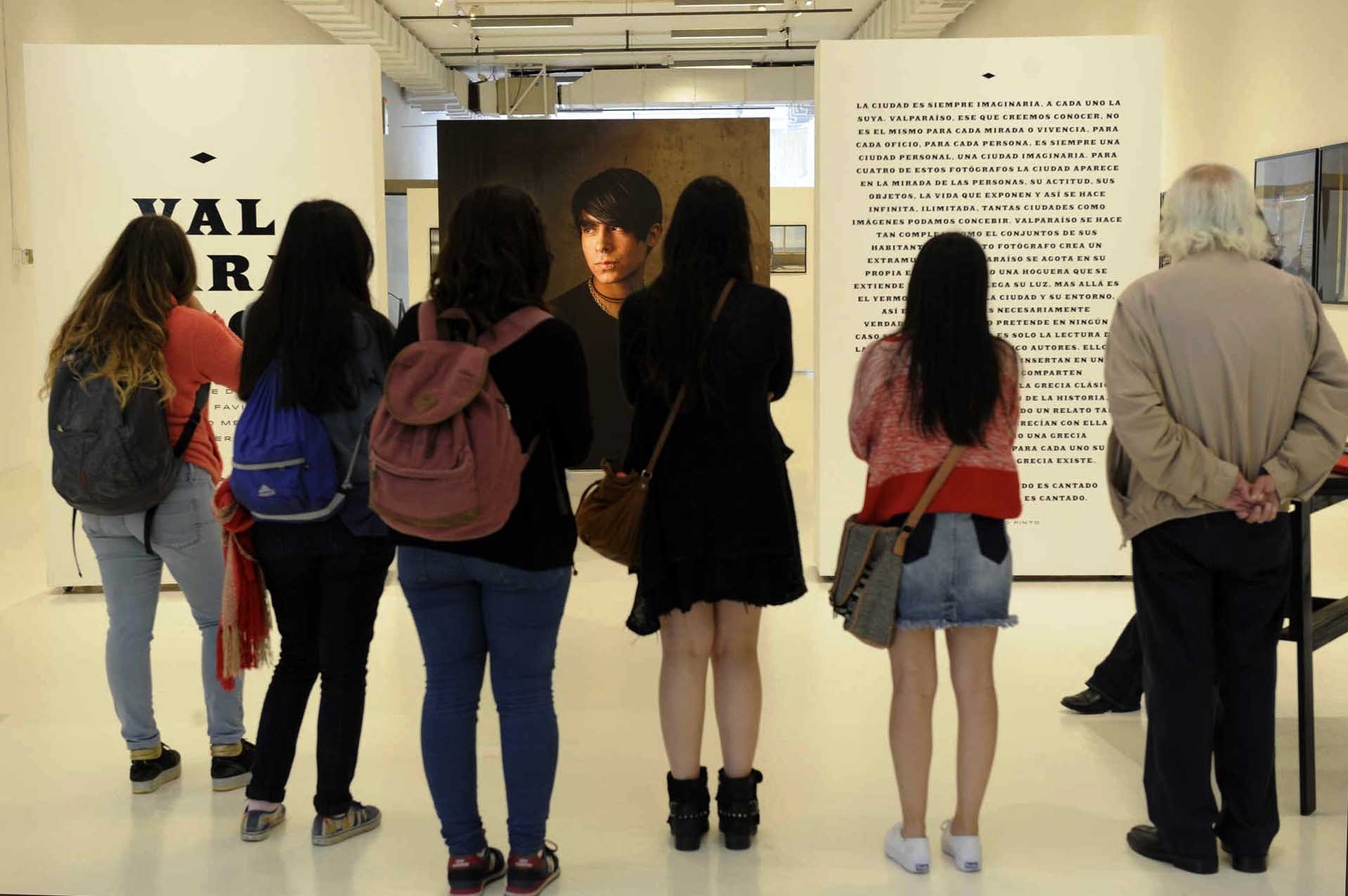 Visitas guiadas observan las fotografías de la exposición Valparaíso, FIFV 2016. ©Victor Ruiz Caballero