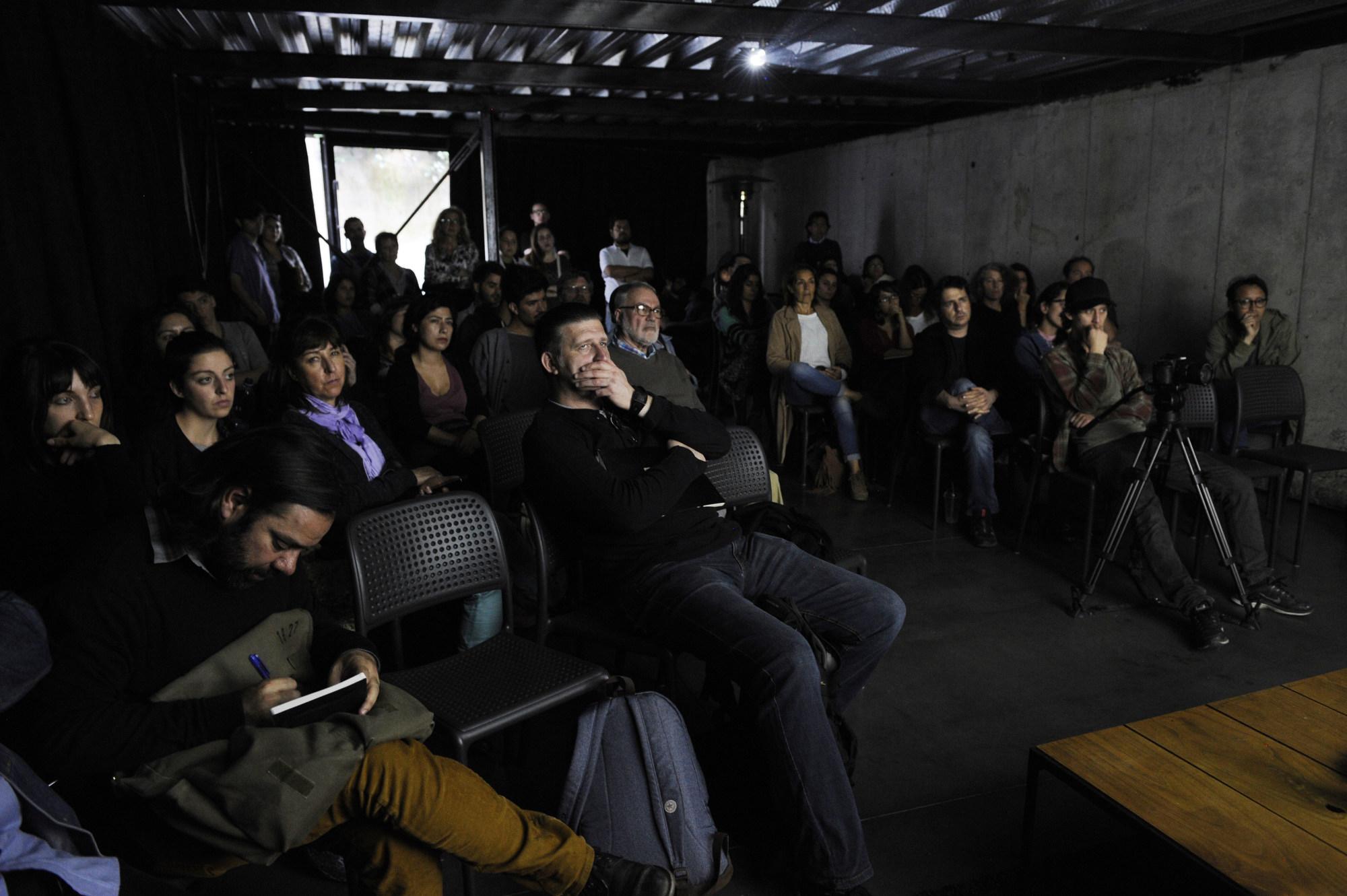 Invitados participan en Díalogos en el Restaurant El Internado en el marco de la 7ª edición del Festival Internacional de Fotografía en Valparaíso, FIFV 2016. ©Victor Ruiz Caballero