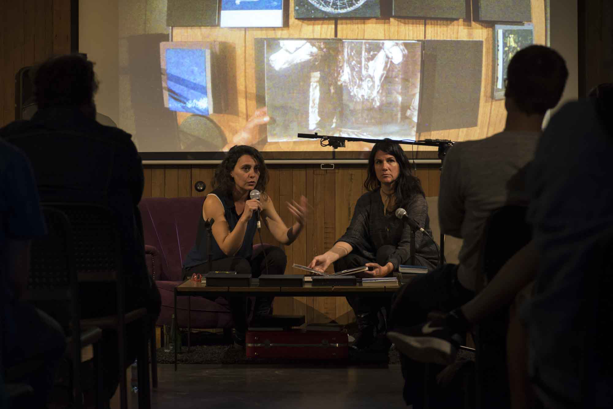 Isabel Fernández y Catalina de la Cruz (Chile) participan en Dj Book, FIFV 2016. ©Ignacio Lamas