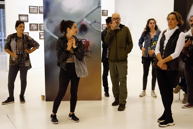 Los fotografos y artistas Mauricio Valenzuela, Paula Lopez, Sergio Dominguez, Manuel Castillo y Julia Toro  explican sus fotografias expuestas en el Centro Cultural Cerro Carcel, Valparaíso, FIFV 2018. ©Víctor Ruiz Caballero